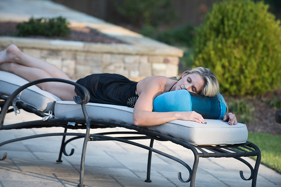 Using the AirStreem Pillow by the pool
